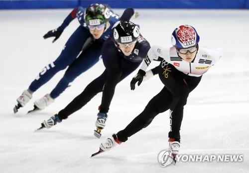 资料图片:11月17日,在首尔木洞滑冰场,崔珉祯(右一)参加女子1000米预赛。(韩联社)