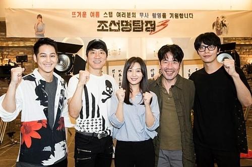 电影《朝鲜名侦探3》主演阵容开拍前合影。(秀博思提供)