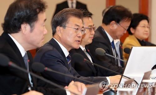 资料图片:11月21日,在青瓦台,韩国总统文在寅(左二)主持召开国务会议。(韩联社)