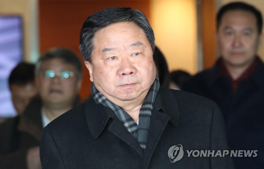 11月21日,在仁川国际机场,中央党校常务副校长何毅亭率中共十九大精神对外宣介团访韩。(韩联社)