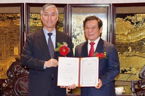 中国驻韩大使邱国洪(左)向光州市市长尹壮铉颁发感谢状。(韩联社)