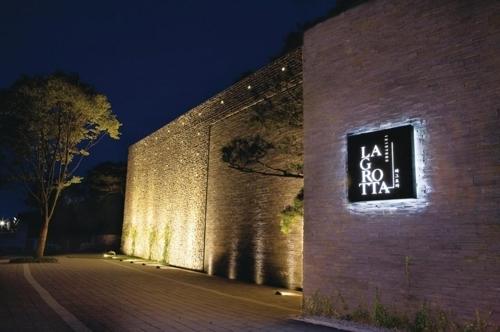 韩国最大的红酒储藏地窖餐厅La Grotta(韩联社/昆池岩度假村提供)