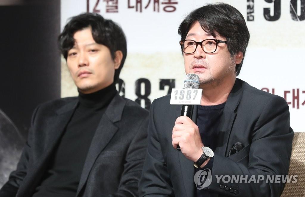 11月22日,在首尔CGV影城狎鸥亭店,演员金允石(右)在电影《1987》定档发布会上答记者问。(韩联社)