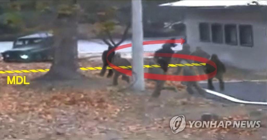 图为朝鲜军人越界时的场景。(韩联社)