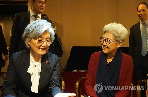 据韩国外交部11月22日消息,当天在北京,正在中国访问的韩国外长康京和(左)和全国人大外事委员会主任委员傅莹共进午餐。(韩联社/外交部提供)