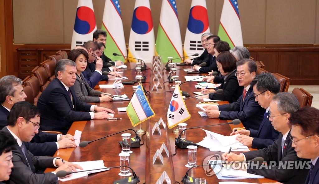 11月23日下午,在韩国总统府青瓦台,总统文在寅和乌兹别克斯坦总统沙夫卡特·米尔济约耶夫举行扩大会谈。(韩联社)