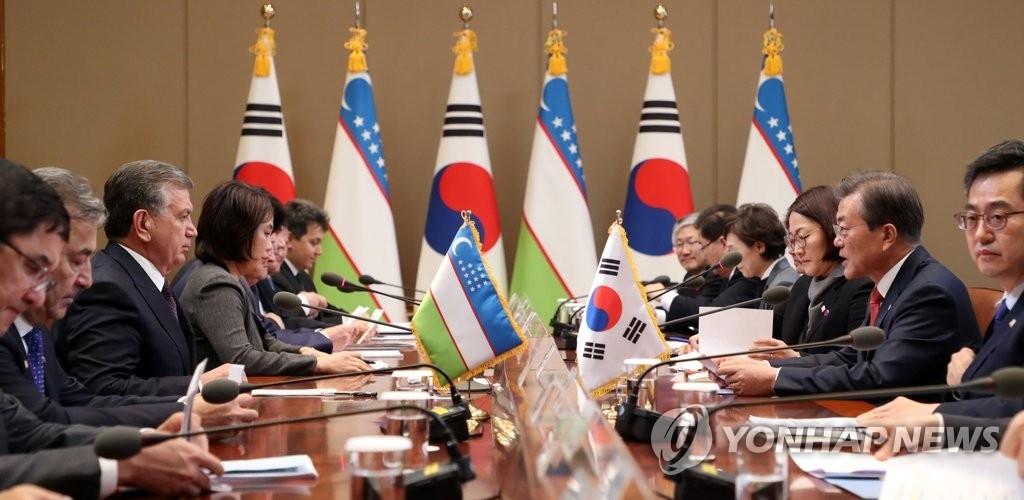 11月23日下午,在韩国总统府青瓦台,总统文在寅(右二)和乌兹别克斯坦总统沙夫卡特·米尔济约耶夫(左三)举行扩大会谈。(韩联社)