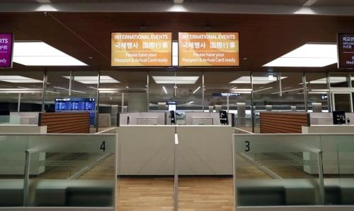 图为仁川国际机场第二航站楼的国际活动专用入境边检台,摄于11月24日。(韩联社)
