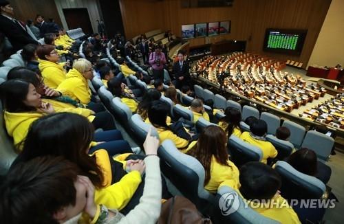 """11月24日上午,在韩国国会会场,4•16""""世越号""""沉船世故遇难者家属和加湿器杀菌剂惨案有关人员焦急等待《查明社会惨案真相及建设安全社会特别法案》(《社会惨案法》)的通过结果。"""