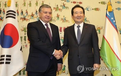11月24日,在韩国国会,国会议长丁世均(右)会见乌兹别克斯坦总统米尔济约耶夫。(完)