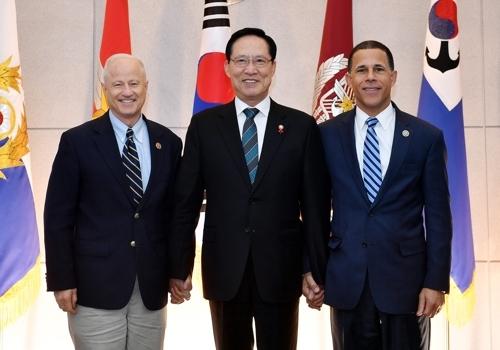 11月24日,韩国国防部长宋永武(中)同访韩的美国众议院军事委员会议员麦克·科夫曼(左)、安东尼·布朗等人组成的代表团会晤,共同探讨韩半岛安全局势和韩美合作方案。(韩联社/国防部提供)