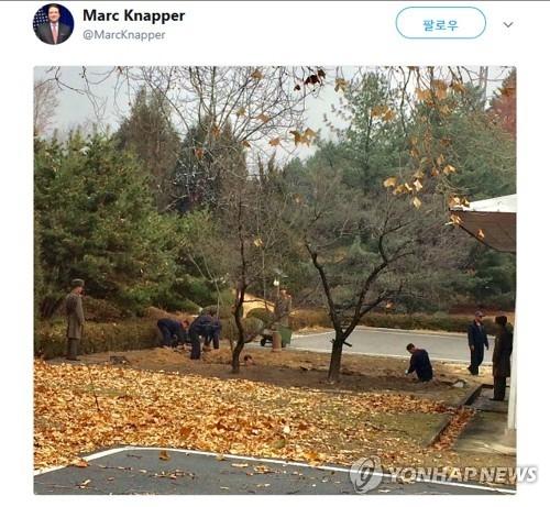 美国驻韩使馆临时代办马克·纳珀在自身推特上公开朝鲜在军事分界线地区挖设沟壑的场面。(韩联社/纳珀推特截图)