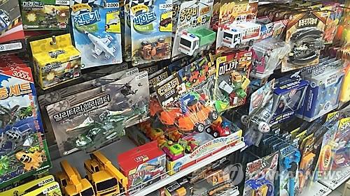 资料图片:超市里陈列着各种玩具产品。(韩联社)