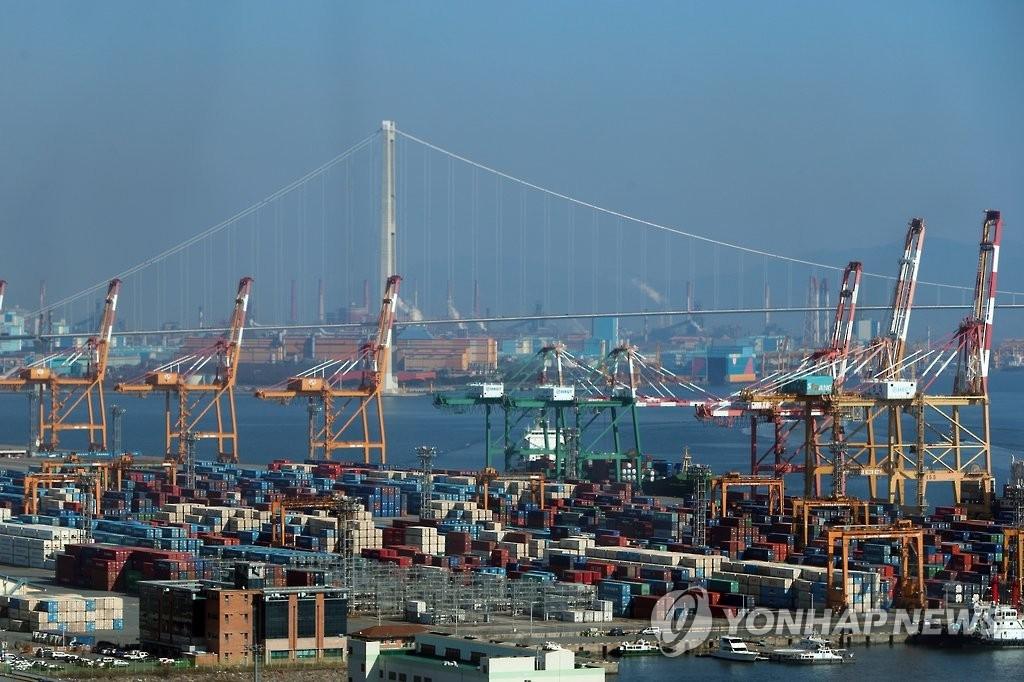 资料图片:韩国全南光阳港集装箱码头(韩联社)