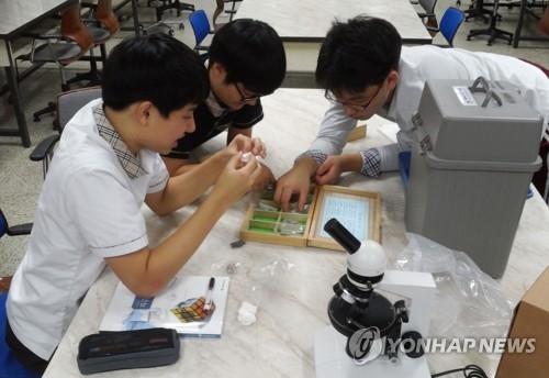 资料图片:学生们在上课。(韩联社)