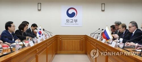 11月27日,在韩国外交部,李度勋与莫尔古洛夫磋商朝核事务。(韩联社)