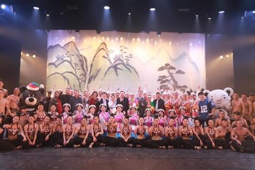 图为在中国云南省丽江举行的韩中文化表演。(韩联社)
