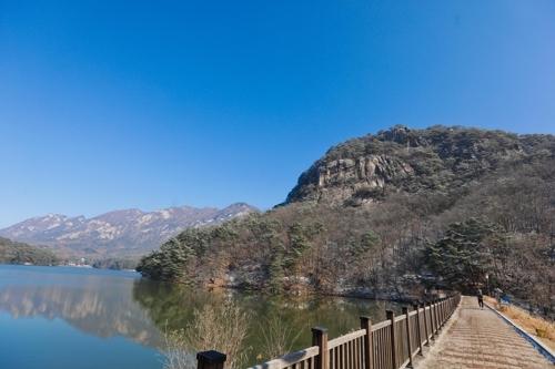 从山井湖眺望鸣声山。(韩联社记者成演在)