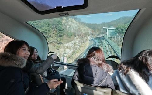 乘坐单轨列车的外国游客(韩联社记者成演在)