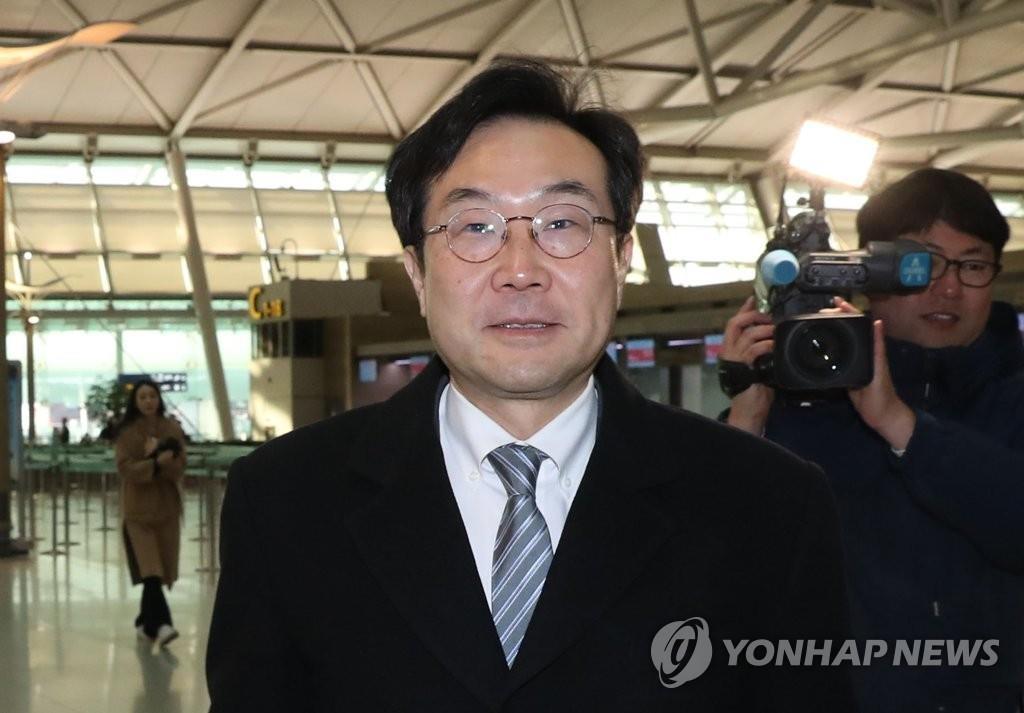 11月28日,在仁川机场,朝核问题六方会谈韩方团长李度勋启程赴美。(韩联社)