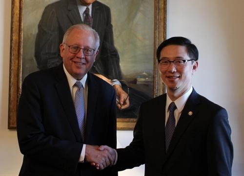 当地时间11月27日,在华盛顿,韩国统一部次官千海成(右)同美国国务院副国务卿托马斯·香农举行会晤。(韩联社/统一部提供)