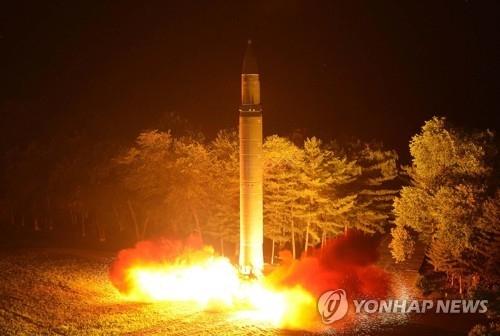 """资料图片:射程达到洲际导弹级的朝鲜""""火星-12""""型导弹第二次点火试射。图片仅限韩国国内使用,严禁转载复制。(韩联社/朝中社)"""
