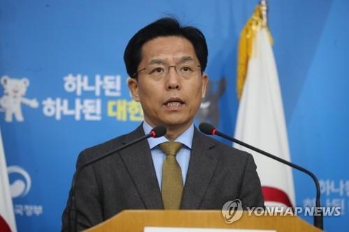 11月29日,在首尔韩国外交部大楼,外交部发言人鲁圭德宣读政府声明谴责朝鲜射弹。(韩联社)