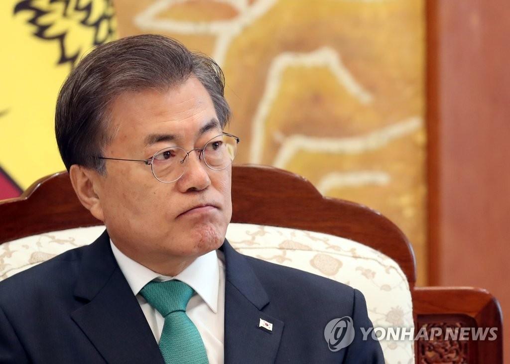 11月29日,在韩国总统府青瓦台,总统文在寅在同斯里兰卡总统西里塞纳举行首脑会谈时强烈谴责朝鲜射弹。(韩联社)