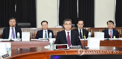 11月29日,在韩国国会,韩国情报首长徐薰(居中)出席情报委员会全体会议。(韩联社)