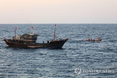 资料图片:海面上的渔船(韩联社)