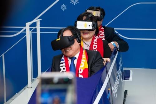 11月29日,在平昌ICT体验馆,韩科技部长官俞英民(最前)乘坐VR雪车。(韩联社)