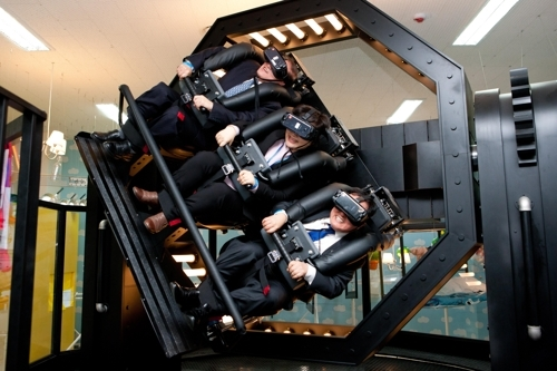 11月29日,在平昌,俞英民(右)体验VR过山车。(韩联社)