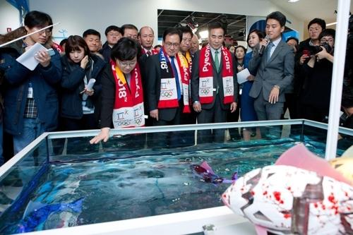 围观鱼形机器人(韩联社)