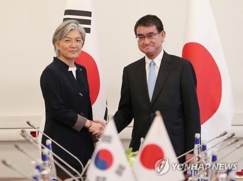 资料图片:康京和(左)与河野太郎 (韩联社)