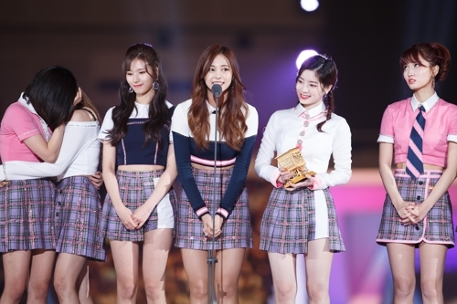 TWICE登台领奖。(韩联社/Mnet提供)