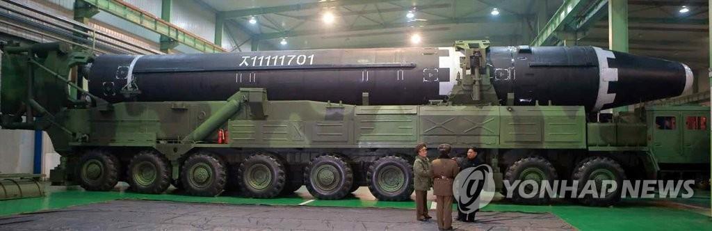 """""""火星-15""""型洲际弹道导弹被装载至9轴导弹发射车上。图片仅限韩国国内使用,严禁转载复制。(韩联社/朝鲜《劳动新闻》)"""