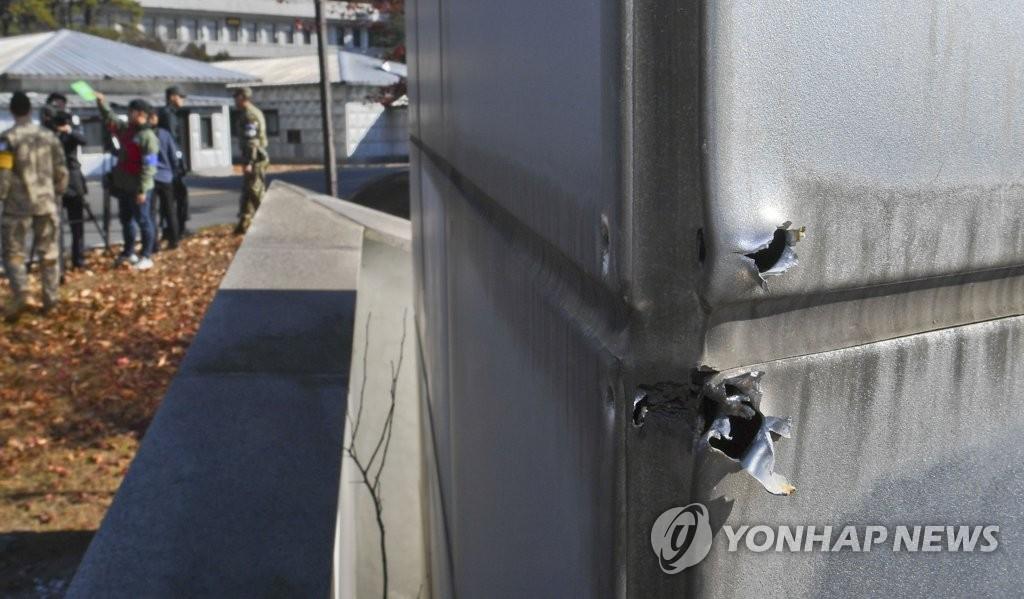 资料图片:11月13日,在韩朝边境板门店共同警备区,朝鲜士兵投韩过程中朝军向板门店韩方一侧开枪留下弹痕。(韩联社共同图片采访团)