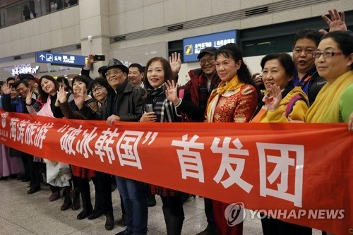 12月2日下午,在仁川国际机场入境大厅,时隔8个月访韩的中国旅行团开启破冰之旅。(韩联社)