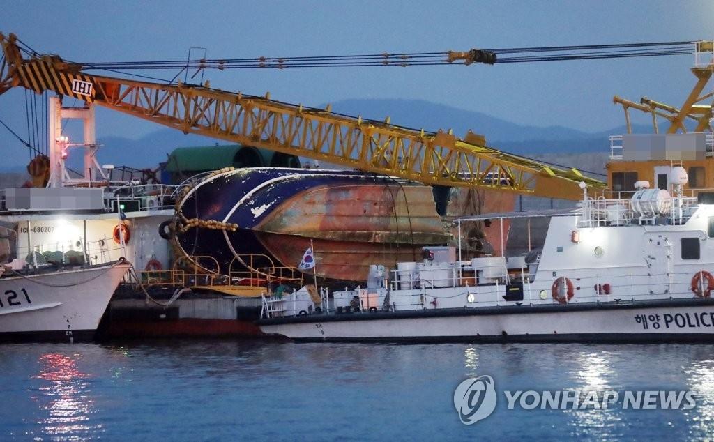 4日上午,在仁川海洋警察署专用码头,拖船将事故钓鱼船拖回码头。(韩联社)