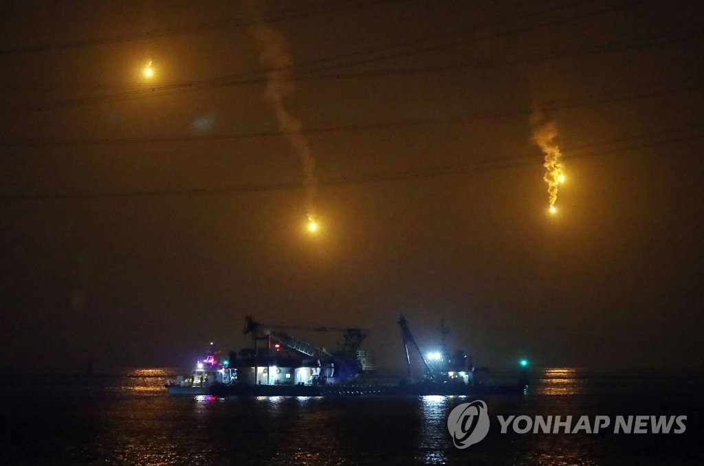 3日下午,在仁川市瓮津郡灵兴面灵兴大桥海上,搜救人员开展钓鱼船失踪者搜寻工作。(韩联社)