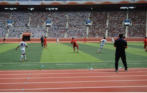 2015年8月22日,在朝鲜平壤,参加第二届阿里体育杯足球赛的选手们在比赛。(韩联社/江原道政府提供)