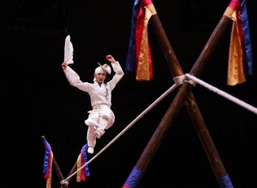 美丽走绳舞者的精彩表演(韩联社记者成演在摄)