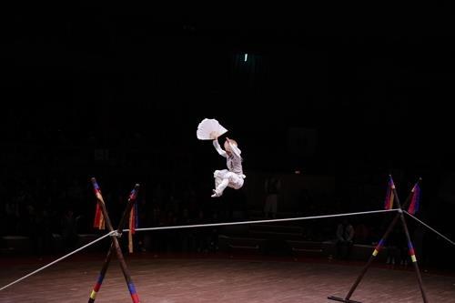 灵动跳跃的走绳舞者(韩联社记者成演在摄)