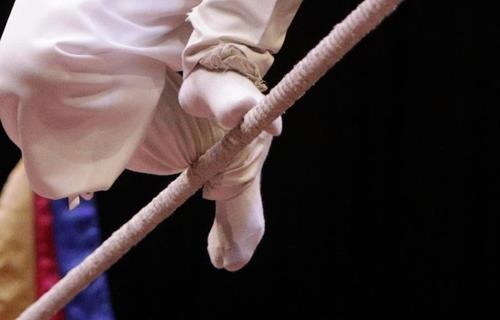 徐周香用脚趾和脚腕艰难地保持着身体的平衡。(韩联社记者成演在摄)