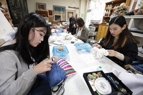 学生们周末来到工艺文化中心里进行工艺实习。(韩联社记者成演在摄)