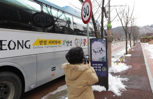 乘坐环城旅游巴士即可方便前往男寺党表演场。(韩联社记者成演在摄)