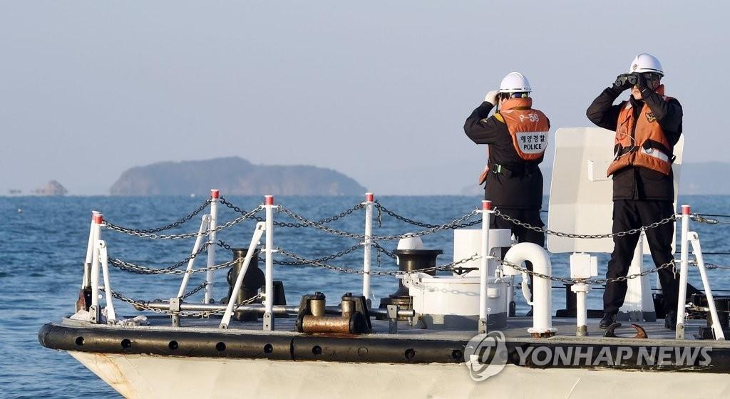 资料图片:韩国海警在海上执行巡逻任务,图片摄于2016年1月5日。(韩联社)