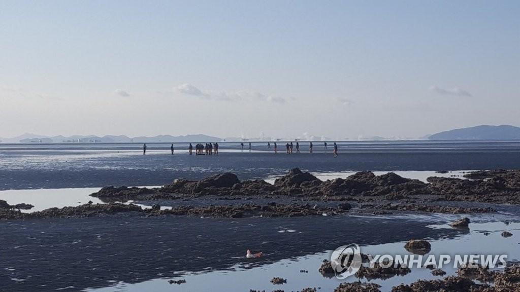 12月5日上午,在仁川市灵兴岛一海水浴场南侧滩涂,海警发现事故钓鱼船船长吴某遗体。(韩联社)