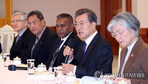 12月5日,在青瓦台,文在寅(右二)接见太平洋岛国13位外长。(韩联社)
