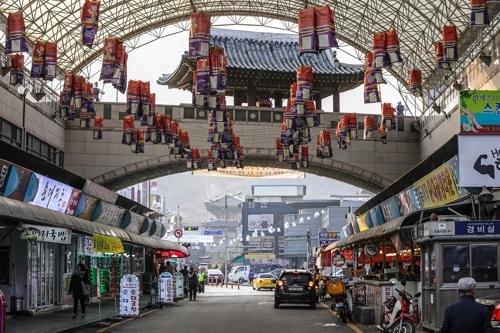 荟萃美食的池洞市场(韩联社记者成演在摄)